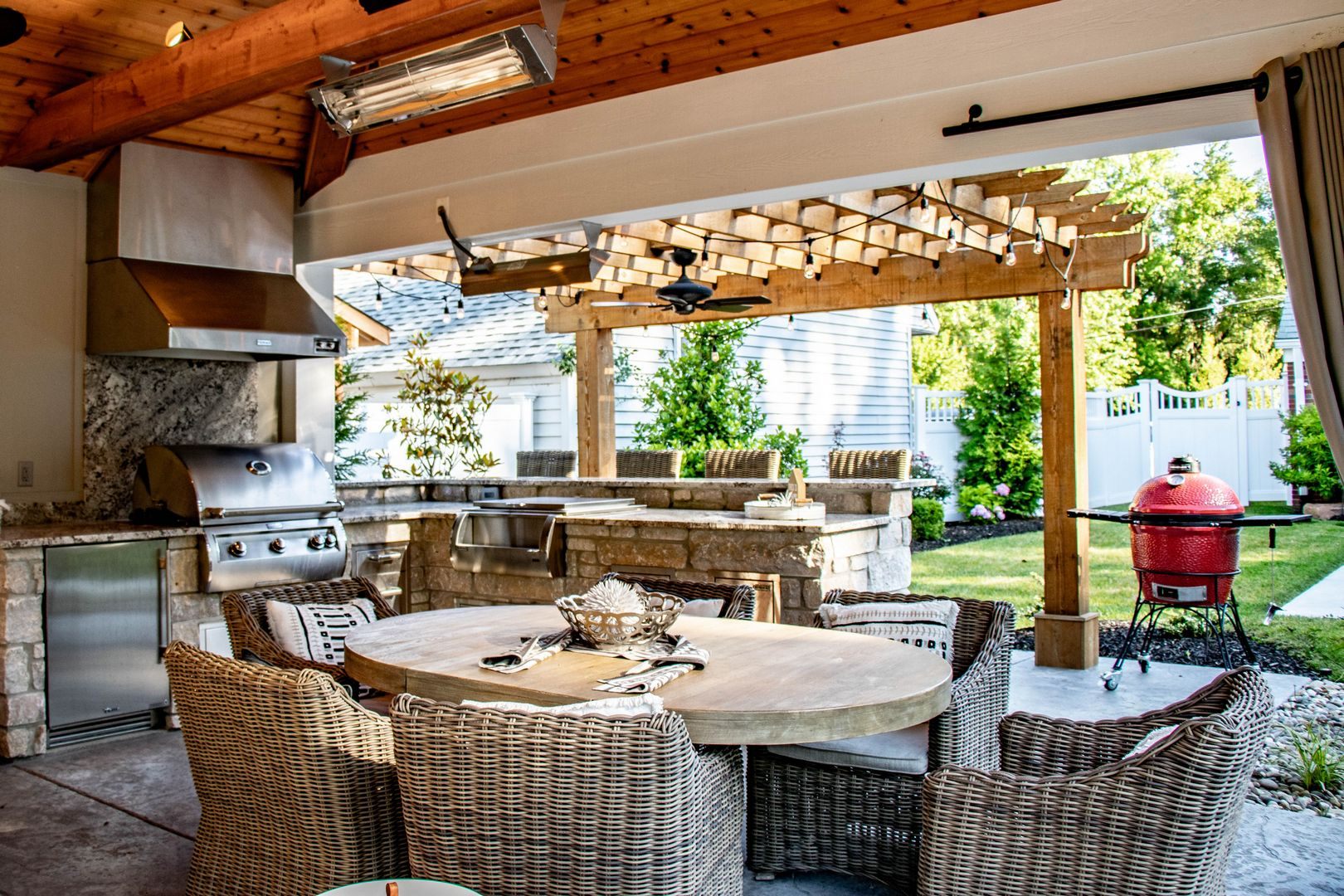 best outdoor dining area with comfortable seating for a family to enjoy